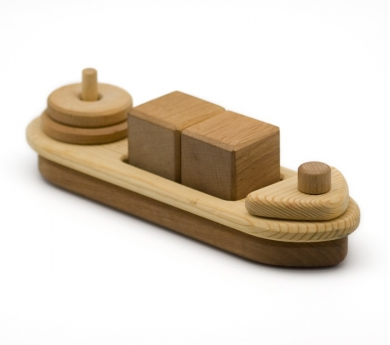 Barco de madera con encajes