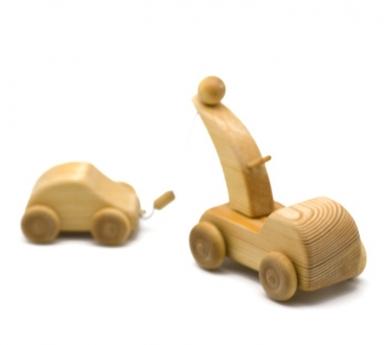 Grúa de madera con coche