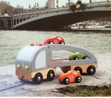 Camión transporta coches para estirar