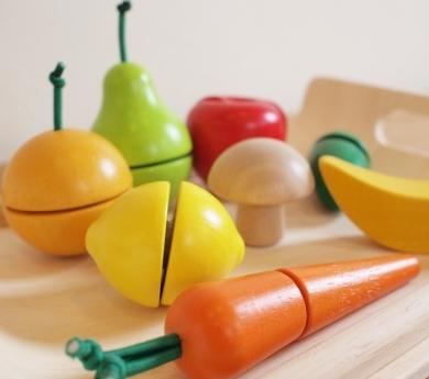 Safata amb fruites i hortalisses de fusta per tallar