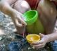 Bols amb forats per a sorra i aigua