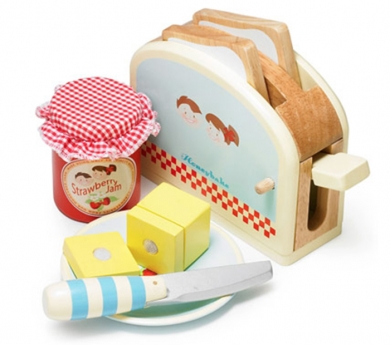 Tostadora con pan, mantequilla y mermelada