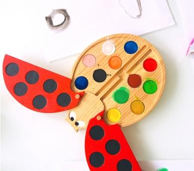 Marieta de fusta amb aquarel·les