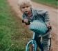 Bolso y cesta de mimbre para bicicleta rosa