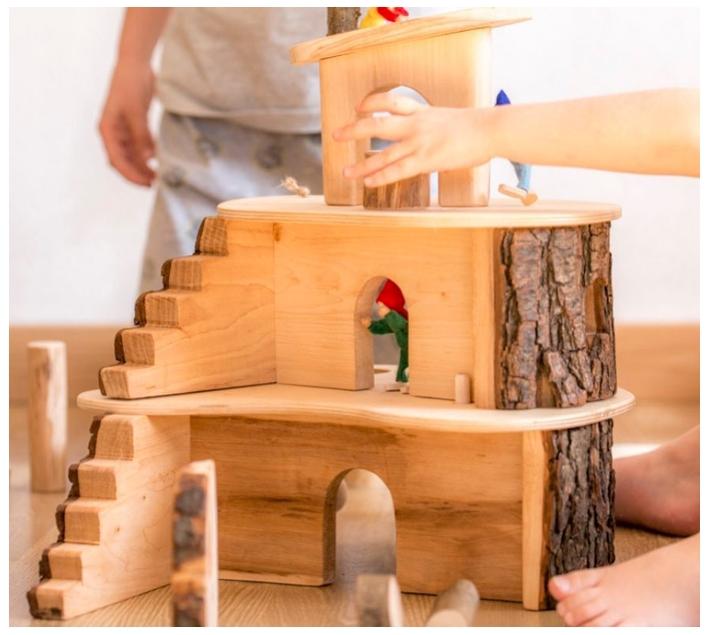 Casita de madera con corteza