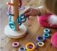 Grimm's. Juego de encaje y organizador de anillas pastel
