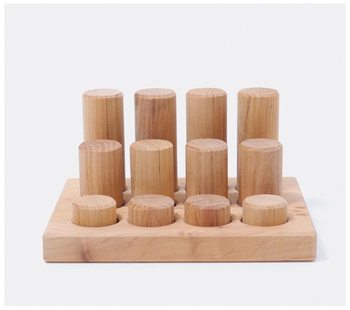 Grimm's. Cilindros de madera natural en bandeja