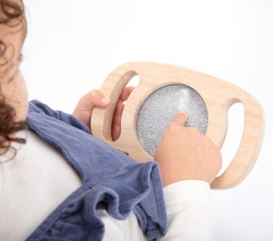 Panell sensorial amb marc de fusta i nanses. Platejat