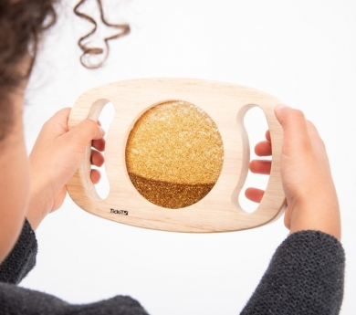 Panell sensorial amb marc de fusta i nanses. Daurat