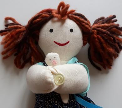 Muñeca mamá con bebé, parto vaginal. Piel clara.