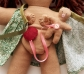 Muñeca mamá con bebé, parto vaginal. Piel morena