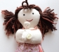 Muñeca mamá con bebé, parto por cesárea. Piel clara.