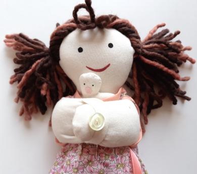 Nina mama amb nadó, part per cesària. Pell clara.