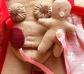 Muñeca mamá con bebé, parto por cesárea. Piel morena