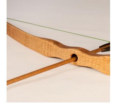 Arco grande de madera con flechas
