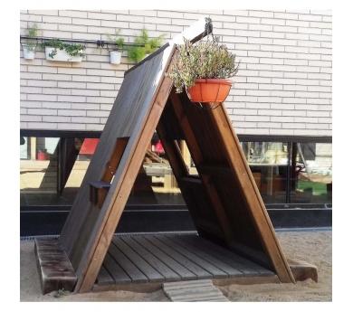 Cabaña de madera con tejado a dos aguas y ventanas