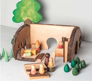 Cabana al bosc de fusta amb escorça