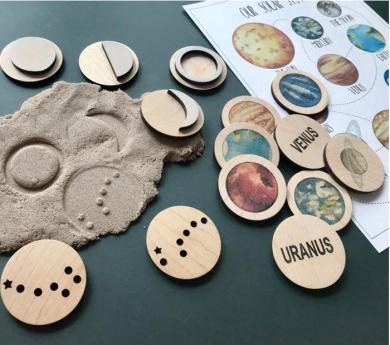 Los planetas, la luna y constelaciones de madera