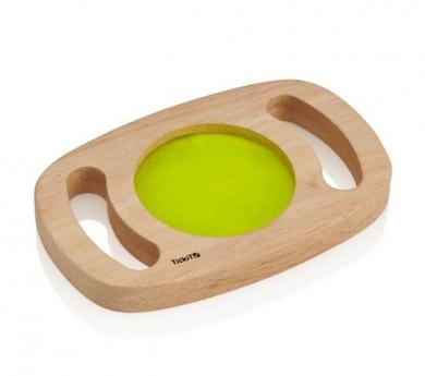Panell sensorial verd amb marc de fusta i nanses que brilla en la foscor