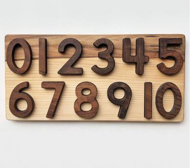 Números per encaixar del 0 al 10 en una base de fusta.