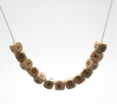 Piezas con letras para collares.