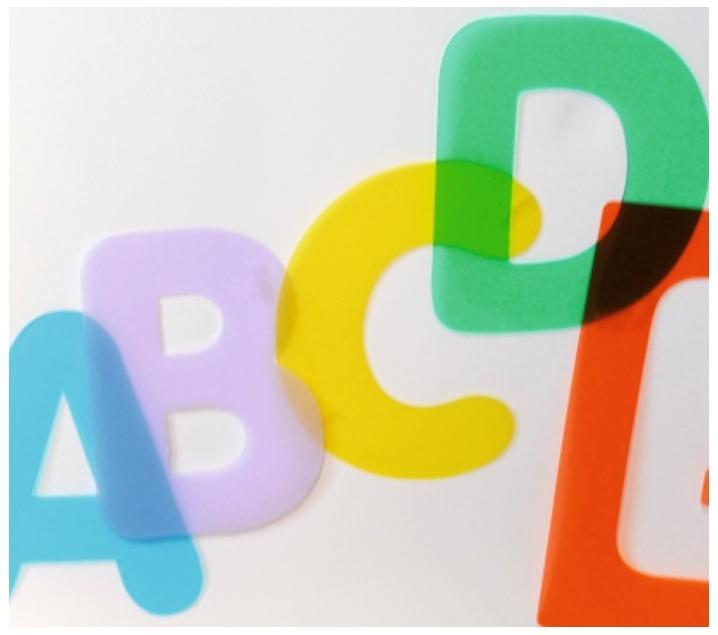 Letras mayúsculas con plantilla translúcidas